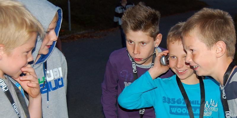 Kinderen zijn aan de telefoon met een geheim agent