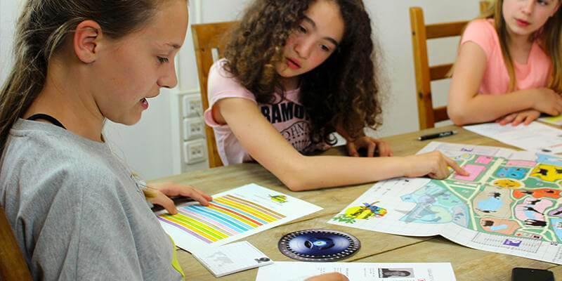 Twee meiden onderzoeken het bewijs in het missiedossier