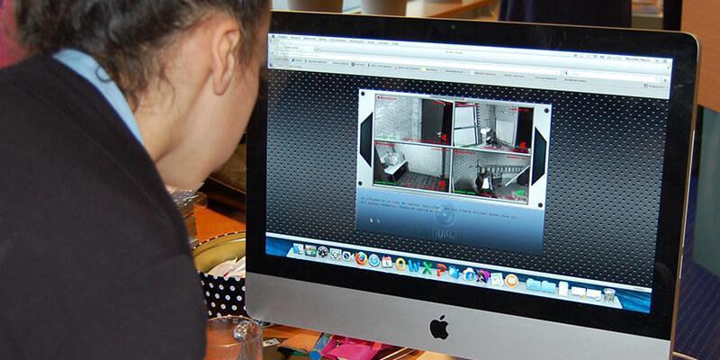 Kinderen kijken naar de live ontknoping via beveiligingscamera's