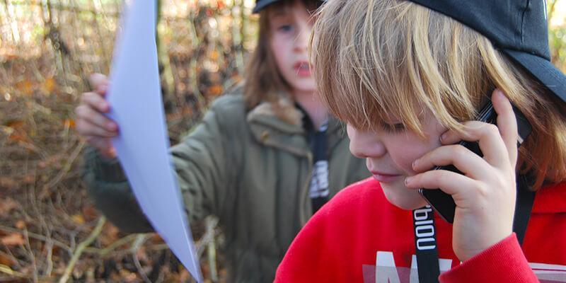Een jongen aan de telefoon tijdens het kinderfeestje