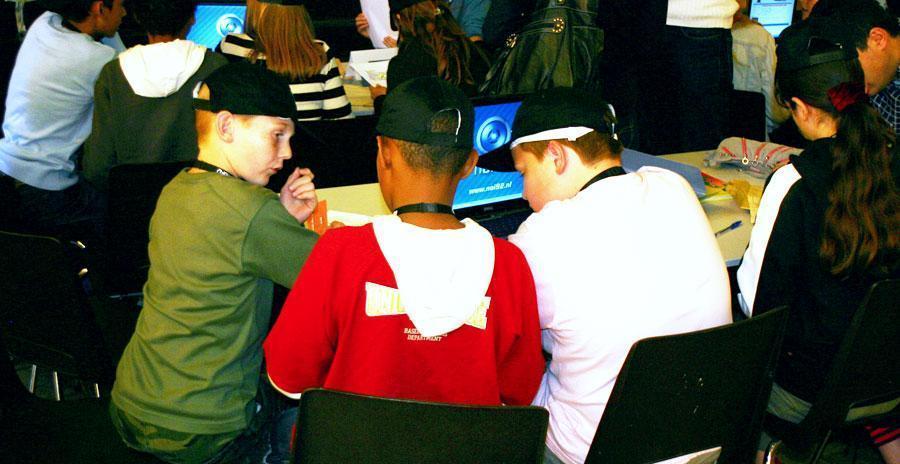 De kinderen vinden de oplossing tijdens het oplossen van de missie