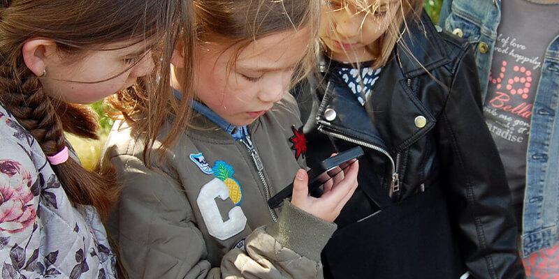 Meisje praat in een telefoon tijdens een missie voor scholen