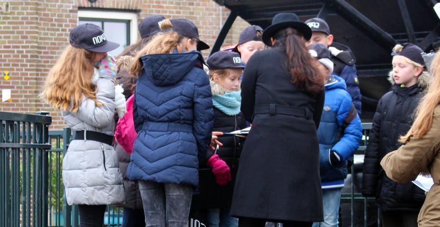 Kinderen onderzoeken bewijs tijdens de missie voor Zapp