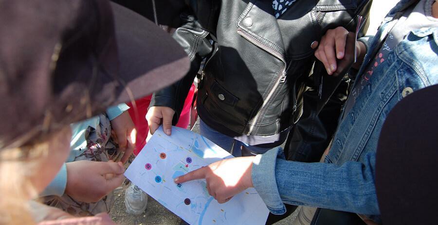 Tijdens een kinderfeestje voor 10 t/m 13 jaar binnen hebben de kinderen via telefoon en e-mail contact