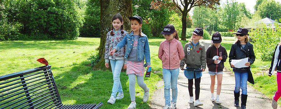 Kinderen tijdens een kinderfeestje zijn op zoek naar de aanwijzingen